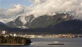 <p>Олимпийские кольца в порту Ванкувера. Погода не будет благосклонна к зимней Олимпиаде, которая стартует в следующем месяце в Ванкувере, однако организаторы обещают, что все соревнования пройдут в надлежащих условиях. EUTERS/Andy Clark</p>