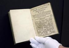 <p>Foto mostra uma edição do século XVI das previsões de Nostradamus, primeiro livro digitalizado pelo Google, na Biblioteca Municipal de Lyon. A empresa europeia Safig está agora digitalizando livros com funcionários e sistemas automatizados para criar uma biblioteca online. REUTERS/Robert Pratta/Files 21/01/2010</p>