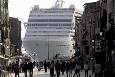 <p>The cruise ship from Mediterranean Shipping Company (MSC) Musica dwarfs Via Garibald as it arrives in Venice May 4, 2009. REUTERS/Manuel Silvestri</p>