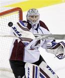 """<p>Голкипер """"Колорадо"""" Крейг Андерсон отражает шайбу в матче регулярного чемпионата Национальной хоккейной лиги в Ванкувере 1 ноября 2009 года. """"Колорадо"""" продлил выигрышную серию до шести матчей, разгромив """"Даллас"""" со счетом 4-0 в матче регулярного чемпионата Национальной хоккейной лиги. REUTERS/Lyle Stafford</p>"""