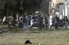 <p>Иракские полицейские эвакуируют раненых людей после взрыва бомбы в центре Багдада 25 января 2010 года. Три взрыва, прогремевшие в понедельник в центре Багдада, унесли жизни по меньшей мере 36 человек, более 70 получили ранения, сообщила полиция. REUTERS/Saad Shalash</p>
