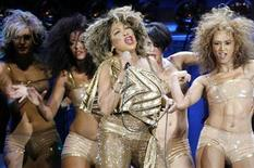 <p>Tina Turner (C) performs on stage together with four dancers during a concert of her European Tour 2009 in Zurich February 15, 2009. REUTERS/Arnd Wiegmann</p>