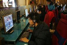 <p>Подростки играют в видео-игры в компьютерном клубе Шанхая 23 февраля 2008 года. Миллионы компьютерных пользователей в России пострадали от вируса Trojan.Winlock, потеряв сотни миллионов рублей, говорится на сайте российского разработчика антивирусов Доктор Веб. REUTERS/Nir Elias</p>