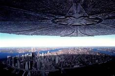"""<p>An alien spacecraft hovers towards Manhattan in a scene from the 1996 blockbuster film """"Independence Day"""". REUTERS/File</p>"""