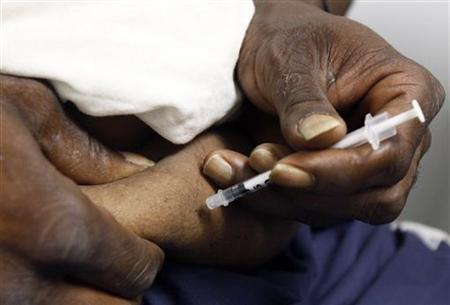 A diabetic patient injects himself with insulin in downtown Los Angeles July 30, 2007. REUTERS/Lucy Nicholson