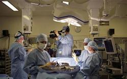 <p>Британский кардиохирург Френсис Уэллс проводит операцию в больнице в Кембридже 5 июля 2007 года. Комбинация из трех генетических аномалий сокращает продолжительность жизни больных раком простаты, но генетическое тестирование может помочь докторам выбрать правильное лечение, сообщили исследователи в среду. REUTERS/Ben Edwards</p>