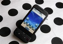 """<p>Foto de archivo de un teléfono portátil T-Mobile G1 Google con el sistema operativo Android en Encinitas, EEUU, ene 20 2010. Pekín buscó calmar el miércoles las preocupaciones sobre interferencia en tecnología telefónica de Google, mientras que empresas en Estados Unidos pidieron a Washington que haga frente a medidas """"alarmantes"""" contra firmas extranjeras de alta tecnología en China. REUTERS/Mike Blake</p>"""