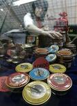 <p>Женщина выкладывает на витрину продовольственной ярмарки в Москве банки с икрой. 28 ноября 2008 года. Захлестнувший российскую промышленность кризис обнажил неожиданные островки роста: в 2009 году двузначные цифры роста показало производство коньяка, икры и препаратов для наркоза, свидетельствует доклад Росстата о промышленном производстве. REUTERS/Alexander Natruskin</p>