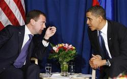 <p>Президент США Барак Обама и президент России Дмитрий Медведев разговаривают в Копенгагене 18 декабря 2009 года. Президент России Дмитрий Медведев и его американский коллега Барак Обама во время телефонного разговора в среду договорились в ближайшем времени подписать новый договор о сокращении стратегических наступательных вооружений, говорится на сайте Кремля kremlin.ru. REUTERS/Larry Downing</p>