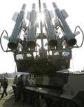 <p>Зенитно-ракетный комплекс Бук-М23 на открытии Московского международного авиационно-космического салона в Жуковском 18 августа 2009 года. Россия продала в 2009 году оружия более чем на $7,4 миллиарда, сообщил глава Рособоронэкспорта, а портфель заказов на ближайшие годы превышает $34 миллиарда. REUTERS/Alexander Natruskin</p>