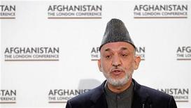 <p>Президент Афганистана Хамид Карзай выступает на конференции в Лондоне 28 января 2010 года. Афганский президент Хамид Карзай намерен созвать совет старейшин, который станет первым шагом на пути к разрешению конфликта с талибами. REUTERS/Matt Dunham/Pool</p>