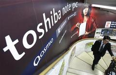 <p>Toshiba, premier fabricant japonais de semi-conducteurs, maintient des prévisions annuelles inférieures au consensus après avoir publié un bénéfice d'exploitation moins élevé que prévu au titre du troisième trimestre 2009-2010. /Photo prise le 30 octobre 2009/REUTERS/Kim Kyung-Hoon</p>