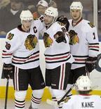"""<p>Хоккеисты """"Чикаго"""" празднуют гол в ворота """"Эдмонтона"""" в матче Национальной хоккейной лиги в Эдмонтоне 26 января 2010 года. """"Чикаго"""", благодаря шайбе Троя Брауэра, заброшенной в дополнительное время, сумел сократить отставание от лидера чемпионата Национальной хоккейной лиги """"Сан-Хосе"""", обыграв """"акул"""" со счетом 4-3. REUTERS/Dan Riedlhuber</p>"""