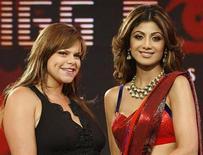 """<p>Imagen de archivo de la actriz de Bollywood Shilpa Shetty (der) y la británica Jade Goody, en Mumbai, 17 ago 2008. El programa de la televisión británica """"Celebrity Big Brother"""" transmitirá su último episodio el viernes por la cadena Channel 4, luego de que el canal decidiera cancelar la serie debido a su bajo nivel de audiencia. Lanzado en Gran Bretaña en el 2000, el programa """"Big Brother"""", en que los espectadores votan para sacar a los concursantes de una casa donde son continuamente filmados por cámaras de vigilancia, generó celebridades como Jade Goody y """"Nasty"""" Nick Bateman. Goody estuvo en el centro de un importante escándalo del 2007 cuando fue acusada de intimidar a su compañera india Shilpa Shetty con ofensas raciales, provocando miles de reclamos y acaparando titulares. REUTERS/Handout/Archivo</p>"""
