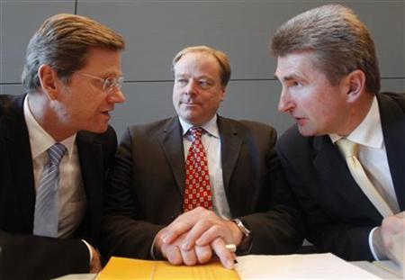 Der FDP-Vorsitzende und Außenminister Guido Westerwelle (l.) im Gespräch mit Entwicklungsminister Dirk Niebel (m.) und dem FDP-Vizevorsitzenden Andreas Pinkwart (r.) in Berlin am 20. Oktober 2009. REUTERS/Thomas Peter