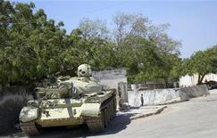 <p>Танк, принадлежащий миротворческому Африканскому союзу, стоит рядом с президентским дворцом в Могадишо, столице Сомали 29 января 2010 года. Боевики-исламисты минувшей ночью обстреляли из минометов президентский дворец в столице Сомали, а в результате ответного артиллерийского огня погибли по меньшей мере 16 человек, сообщили медики. REUTERS/Feisal Omar</p>