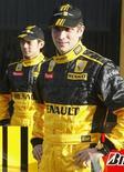 <p>Os pilotos da Fórmula 1, o russo Vitaly Petrov da Fórmula 1 e o chinês Ho-Pin posam durante apresentação da equipe Renault da F1 em Valença. REUTERS/Heino Kalis 31/01/2010</p>