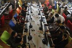 <p>Personas usan computadores en un cibercafé en Changzhi, China, 3 nov 2009. El segundo mayor portal de internet chino, Sohu.com Inc, reportó el lunes una caída de su ganancia neta del cuarto trimestre por un aumento en los gastos operacionales, y dijo que los ingresos en este trimestre no cumplirán el consenso del mercado pese a sus negocios de juegos. REUTERS/Stringer/Archivo</p>
