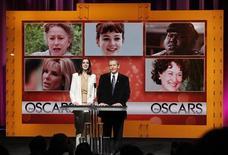 """<p>A atriz Anne Hathaway e o presidente da organizadora dos Oscars, Tom Sherak, anunciam os indicados ao Oscar. A aventura de ficção científica """"Avatar"""" e o drama sobre o conflito no Iraque """"Guerra ao Terror"""" receberam nove indicações cada um ao Oscar. REUTERS/Danny Moloshok 02/02/2010</p>"""