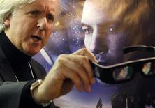 """<p>Канадский режиссер Джеймс Кэмерон держит 3D-очки перед постером своего фильма """"Аватар"""" на Международном экономическом форуме в Давосе 28 января 2010 года. Лидер мирового проката блокбастер """"Аватар"""" режиссера Джеймса Кэмерона и """"Повелитель Бури"""" Кэтрин Бигелоу получили по девять номинаций на премию """"Оскар"""", и в том числе поборются за звание лучшего фильма 2009 года, сообщила киноакадемия во вторник. REUTERS/Christian Hartmann</p>"""