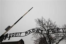 """<p>Замена надписи """"Arbeit macht frei"""" (""""Работа делает свободным"""")в Освенциме 19 января 2010 года. Польский суд выдал европейский ордер на арест гражданина Швеции, обвиняемого в причастности к краже надписи """"Arbeit macht frei"""" (""""Работа делает свободным"""") над воротами нацистского лагеря смерти в Освенциме. REUTERS/Peter Andrews</p>"""