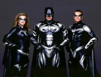 """<p>Фотография актеров фильма """"Бэтмен и Робин"""". Слева направо: Алисия Сильверстоун, Джордж Клуни и Крис О'Доннелл. Последний фильм звезды Голливуда Джорджа Клуни """"Мне бы в небо"""" был номинирован в этот вторник на """"Оскар"""" в пяти категориях, однако есть одна картина, которой актер, наверное, не очень гордится, - """"Бэтмен и Робин"""".</p>"""