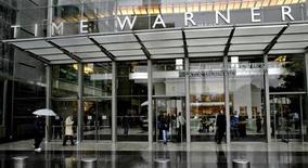 """<p>Foto arquivo mostra portal de entrada da sede da Time Warner Inc. em Nova York. A Time Warner reportou lucro trimestral acima do esperado com ajuda do desempenho de filmes como """"Sherlock Holmes"""" e """"The Hangover"""". A empresa de mídia também anunciou aumento de seus dividendos. REUTERS/Nicholas Roberts 13/10/2005</p>"""