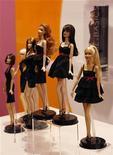 <p>Una serie di Barbie in mostra. REUTERS/Bobby Yip</p>