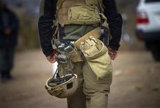 <p>A U.S. soldier of NATO's International Security Assistance Force (ISAF) walks on a road in Siavashan village near Herat December 14, 2009. REUTERS/Morteza Nikoubazl</p>