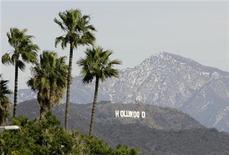 <p>Imagen de archivo del anuncio de Hollywood visto entre palmeras en Los Angeles, 7 ene 2008. Los estudios de Hollywood perdieron el jueves un importante caso de derechos de autor contra un proveedor australiano de internet, luego de que una corte dictaminó que iiNet no era responsable por las descargas no autorizadas de películas realizadas usando su servicio. REUTERS/Danny Moloshok</p>