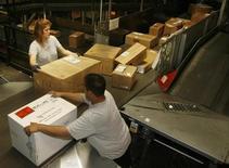 <p>Работники почтовой службы United Parcel Service (UPS) сортируют коробки, Лос-Анджелес 22 июля 2008 года. Милиция эвакуировала одно из почтовых отделений Оренбурга из-за вибромассажера, который напугал охрану, сообщило местное УВД на своем сайте. REUTERS/Fred Prouser</p>
