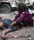 <p>Девочка плачет над телом матери, погибшей в результате взрыва в городе Карачи, Пакистан, 5 февраля 2010 года. Как минимум 12 человек погибли в результате взрыва на одной из главных улиц финансового центра Пакистана города Карачи, сообщил главврач одной из больниц города. REUTERS/Anwar Abbas</p>