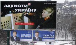 <p>Предвыборные билборды кандидатов в президенты Украины Юлии Тимошенко и Виктора Януковича, сфотографированные в Киеве, 2 февраля 2010 года. Украина выбирает президента из двух политических долгожителей, числящих себя антиподами к удивлению экспертов и раздражению избирателей, которые видят в Викторе Януковиче и Юлии Тимошенко больше сходства, нежели отличий. REUTERS/Konstantin Chernichkin</p>