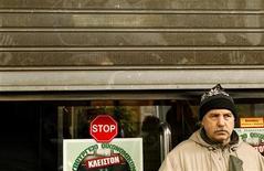 <p>Мужчина стоит у входа в министерство финансов Греции, закрытого из-за забастовки сотрудников в Афинах 5 февраля 2010 года. Греческие профсоюзы пообещали устроить забастовку государственных служащих в ответ на строгие меры, направленные на сокращение дефицита бюджета. REUTERS/Yiorgos Karahalis</p>