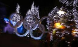 <p>Gli anelli olimpici illuminati a Whistler in occasione dei Giochi di Vancouver. REUTERS/Kai Pfaffenbach (CANADA - Tags: SPORT OLYMPICS)</p>