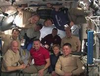 <p>Tripulación del transbordador Endeavour posa para la foto junto a la tripulación del Expedition 22, las dos naves espaciales se acoplaron en la Estación Espacial Internacional. feb 10 2010. El transbordador espacial Endeavour y sus seis astronautas arribaron el martes a la Estación Espacial Internacional (EEI), transportando los dos últimos componentes importantes de la estación. REUTERS/NASA TV</p>