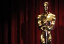 <p>Foto de archivo de una estatua del premio Oscar durante el anuncio de los premios de la Academia en Beverly Hills, feb 2 2010. Los ganadores del Oscar de este año no tendrán que esperar una gratificación retrasada. Rompiendo con la tradición, la Academia de las Artes y Ciencias Cinematográficas de Hollywood planea fijar las placas grabadas de los ganadores a sus estatuillas en la fiesta inmediatamente después de la ceremonia, que será transmitida en vivo el 7 de marzo desde el Teatro Kodak en Hollywood. REUTERS/Danny Moloshok</p>