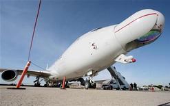 """<p>Самолет-носитель боевого лазера ВВС США на авиабазе """"Эндрюс"""" в районе Вашингтона, 21 июня 2007 года. Американский боевой лазер сбил баллистическую ракету в ходе первого успешного испытания элемента системы будущей противоракетной обороны. REUTERS/Larry Downing</p>"""