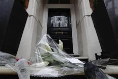<p>Flores foram colocadas em frente à casa do estilista Alexander McQueen, encontrado morto nesta sexta-feira, em Londres. 12/02/2010 REUTERS/Luke MacGregor</p>