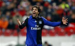 <p>Ruud van Nistelrooy saiu do banco no segundo tempo e marcou dois gols rapidamente, os primeiros pelo clube, para garantir a vitória por 3 x 1 do Hamburgo sobre o Stuttgart pelo Campeonato Alemão, neste sábado. REUTERS/Thomas Bohlen (GERMANY - Tags: SPORT SOCCER) ONLINE CLIENTS MAY USE UP TO SIX IMAGES DURING EACH MATCH WITHOUT THE AUTHORITY OF THE DFL. NO MOBILE USE DURING THE MATCH AND FOR A FURTHER TWO HOURS AFTERWARDS IS PERMITTED WITHOUT THE AUTHORITY OF THE DFL. FOR MORE INFORMATION CONTACT DFL DIRECTLY</p>
