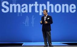 <p>JK Shin, capo della divisione cellulari di Samsung, alla Fiera di Barcellona. Foto del 14 febbraio 2010. REUTERS/Albert Gea</p>