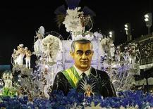 <p>Carro-alegórico da Beija-Flor com escultura do ex-presidente Juscelino Kubitschek em desfile sobre os 50 anos de Brasília. 15/02/2010 REUTERS/Sergio Moraes</p>