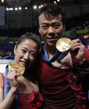 <p>Олимпийские чемпионы в парном катании Ксю Шень и Хонгбо Чжао(справа) демонстрируют золотые медали после церемонии награждения в Ванкувере 15 февраля 2010 года. Не успели китайские фигуристы в парном катании Ксю Шень и Хонгбо Чжао отпраздновать золотые медали, завоеванные на зимних Играх в Ванкувере, как уже подумывают о следующем поколении чемпионов. REUTERS/Lucy Nicholson</p>