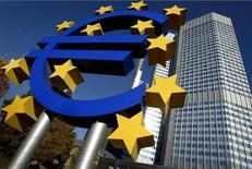 <p>Огромный знак евро рядом со зданием Европейского центрального банка во Франкфурте-на-Майне, 6 ноября 2003 года. Подавляющее большинство голландцев хотят, чтобы Греция покинула зону евро, сообщила голландская газета De Telegraaf в среду. REUTERS/KaiPfaffenbach</p>