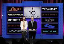 <p>L'attrice Anne Hathaway e il presidente dell'Academy of Motion Picture Arts and Sciences Tom Sherak mentre annunciano le nomination per il miglior film dell'anno. REUTERS/Danny Moloshok</p>