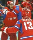 <p>Хоккеист сборной России Евгений Малкин (слева) радуется забитой шайбе в матче против команды Чехии на Олимпийских играх в Ванкувере, 21 февраля 2010 года. В среду утром определились все четвертьфинальные пары хоккейного турнира на Олимпийских играх в Ванкувере. REUTERS/Scott Audette</p>