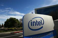 <p>Insegna di Intel nei pressi del quartier generale di Santa Clara. Foto d'archivio. REUTERS/Robert Galbraith</p>