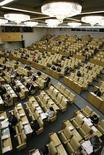 <p>Общий вид зала заседаний Госдумы в Москве 15 января 2010 года. Госдума единогласно одобрила кремлевский законопроект, позволяющий партиям, не преодолевшим на региональных выборах избирательный порог, но набравшим более пяти процентов, получить один депутатский мандат в местном заксобрании. REUTERS/Sergei Karpukhin</p>