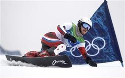 <p>Россиянка Екатерина Илюхина принимает участие в соревнованиях по параллельному гигантскому слалому на Олимпиаде в Ванкувере 26 февраля 2010 года. Олимпийская сборная России завоевала еще две медали в 14-й день Игр в Ванкувере - первую награду РФ в сноуборде выиграла Екатерина Илюхина и третьими в эстафете пришли российские биатлонисты. REUTERS/Mike Blake</p>