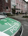 """<p>Полицейская машина стоит у здания школы в Оффенбурге декабря 2006 года. Немецкие полицейские задержали 26- летнего любителя ночных клубов, пытавшегося """"занюхать"""" амфетамины прямо с крыши их машины, которая, однако, не имела опознавательных знаков. REUTERS/Vincent Kessler</p>"""